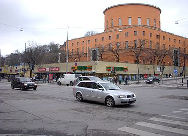 Sveabron över Sveavägen i augusti 1906, vy mot sydväst. I bakgrunden syns Observatoriekullen. Högra bilden är från mars 2009, vy i samma riktning. Under korsningen finns gamla Sveabron kvar. Observatoriekullen skyms nu av Stockholms stadsbibliotek.