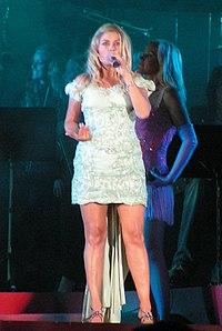 Pernilla Wahlgren med showen Diggiloo på Götaplatsen i Göteborg under EM-kalaset den 8 augusti 2006.