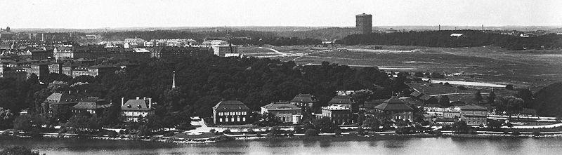 Vy från Skansen över Diplomatstaden ca 1930, i bakgrunden syns gasklockan i Värtagasverket. Fotograf: Bertil Norberg