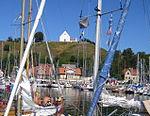 Sankt Ibbs hamn, med kyrkan Sankt Ibb ovanför krönet.